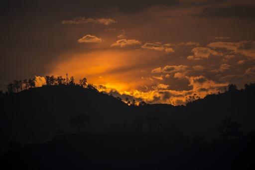 Montañas-Puesta-De-Sol-Nubes-Cielo-Sol